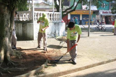 Funcionários da Prefeitura limpando a Praça Princesa Isabel (foto: Dilson Mato Grosso/PMC)