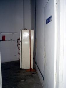 A geladeira é o único item que sobrou no refeitório, que foi saqueado.