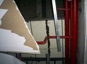 Detalhe da cobertura do teto arrancada.