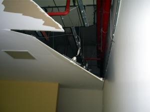 Outra parte do telhado, que ameaça cair.