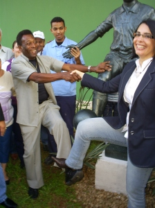 Pelé e Marcia Rosa tentam imitar a pose da estátua. Foto: Allan Nóbrega