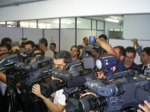 Multidão de jornalistas durante coletiva. Foto: Allan Nóbrega