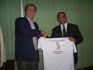 """Geraldo (à direita) """"presenteia"""" Alemão. Foto: Allan Nóbrega"""