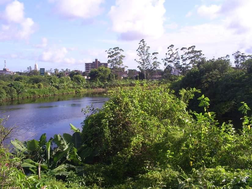 Rio Cubatão visto da Avenida Nove de Abril, nas proximidades do Largo do Sapo. Foto: Allan Nóbrega