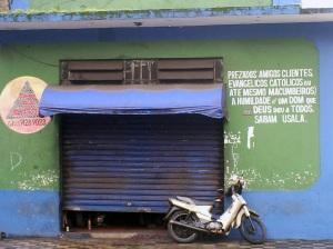 """Fachada de oficina com mensagem """"inspiradora"""". Foto: Allan Nóbrega"""