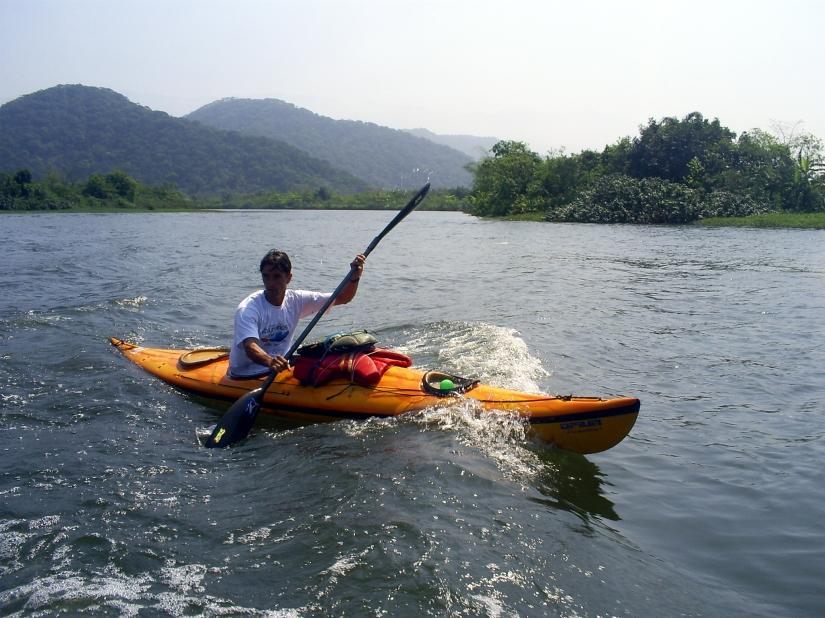 Caiaqueiro navega pelo Rio Cubatão. Foto: Allan Nóbrega