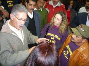 Eclair argumenta com manifestantes. Foto: Allan Nóbrega